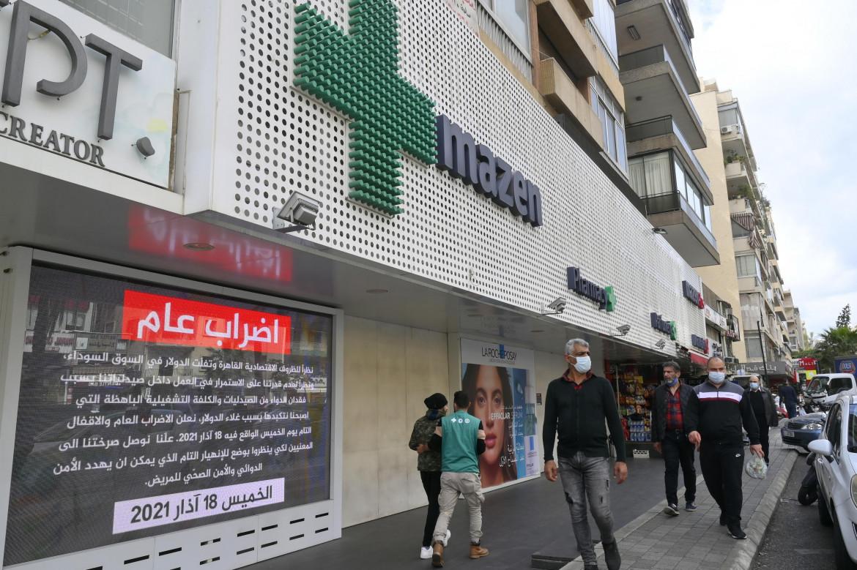Saracinesche abbassate per una farmacia di Beirut