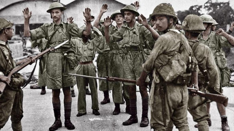 Singapore, 1942: le truppe arrese del Reggimento Suffolk, tenute sotto la minaccia delle armi da fuoco dalla fanteria giapponese