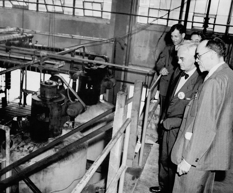 In alto, Sir Alexander Fleming, col papillon, ispeziona i serbatoi di germinazione dove viene coltivata la muffa Penicillium Notatum nel New Brunswick, il 30 giugno 1945. Qui sopra, un autografo foto Ap