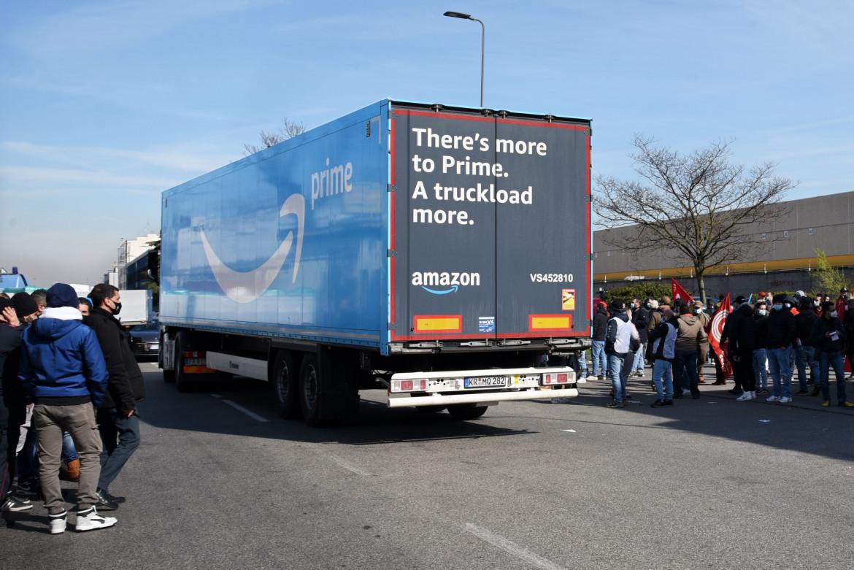 Un camion all'ingresso del magazzino Amazon di Rgoredo (Milano)