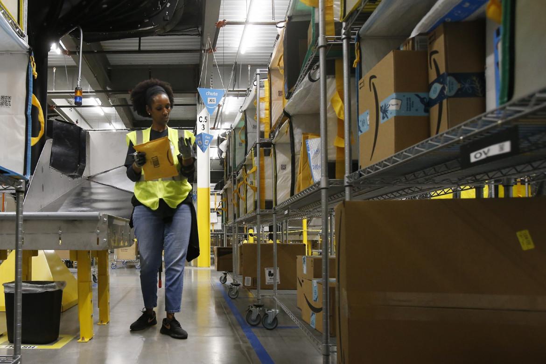 Una lavoratrice nel magazzino di Amazon a Goodyear, in Arizona