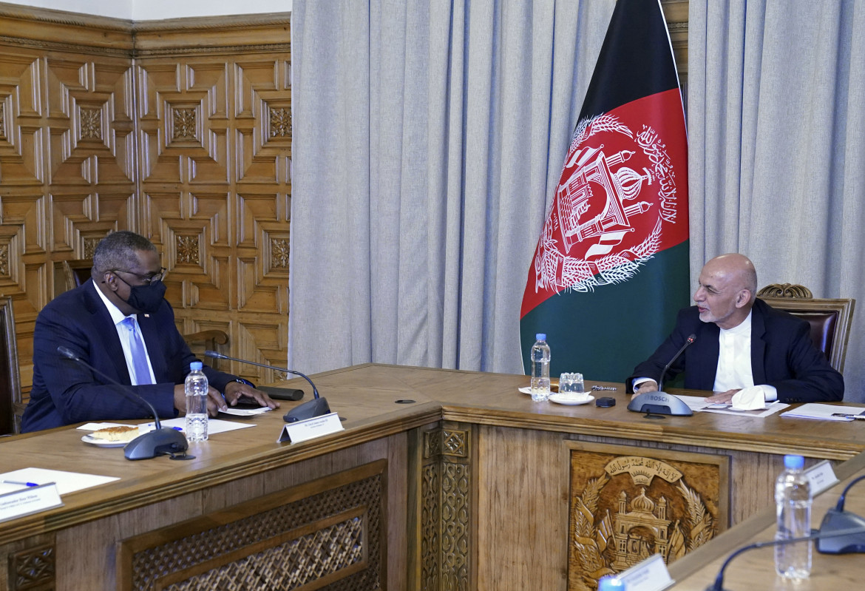 Il segretario alla Difesa Usa, Lloyd Austin, con il presidente Ashraf Ghani nel palazzo presidenziale di Kabul