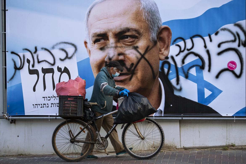 Ramat Gan. La scritta «Vai a casa»  sopra un poster elettorale di Benyamin Netanyahu