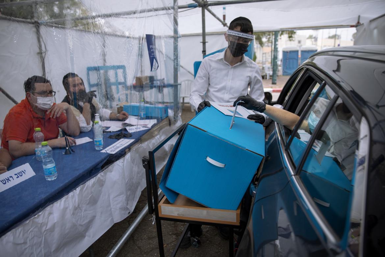 Ramat Gan, un seggio drive-in per le parlamentari israeliane destinato alle persone in quarantena per il Covid-19