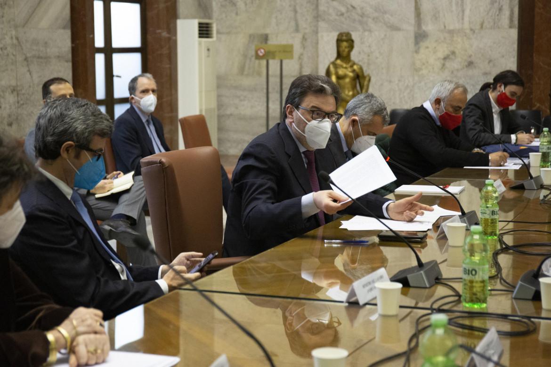 Il ministro Giancarlo Giorgetti a fianco del ministro Andrea Orlando al tavolo ex Ilva al Mise