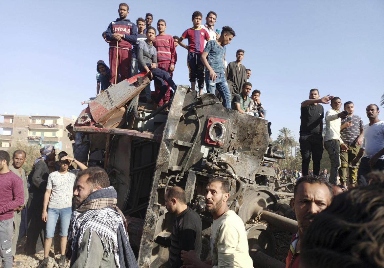 I resti di uno dei due treni che si sono scontrati ieri in Egitto