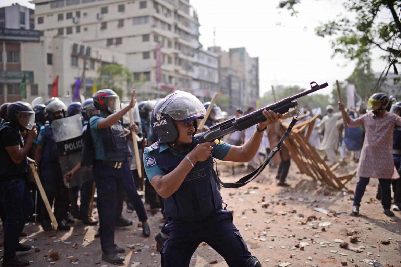 Dacca, la polizia contro le proteste che hanno accolto Narendra Modi