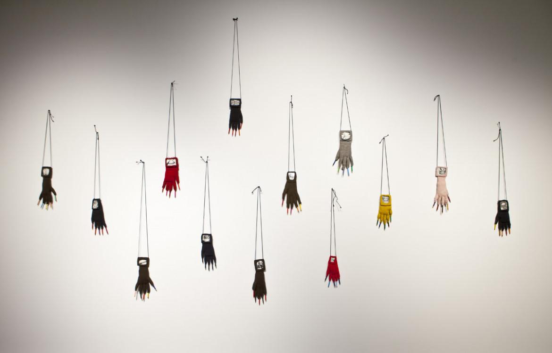 Annette Messager, «Les Gants Grimaces», 1999