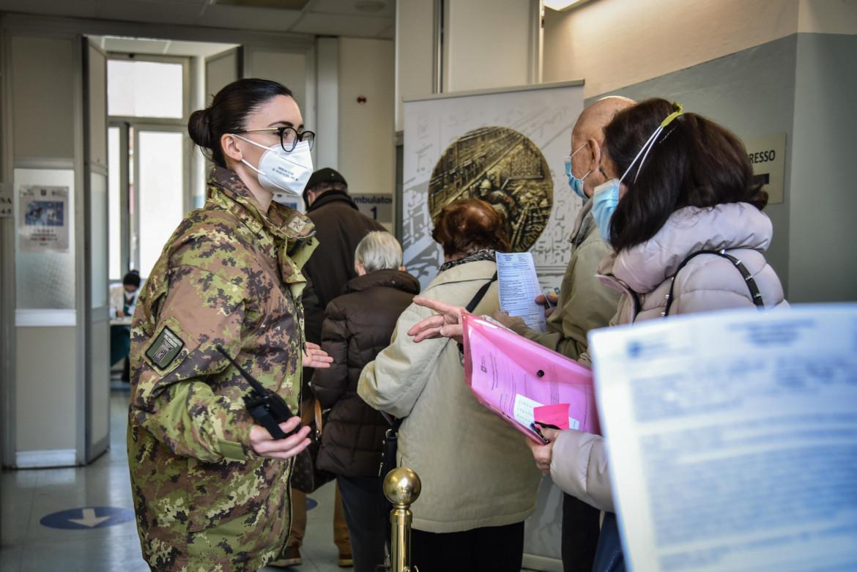 La fila all'Ospedale Militare di Baggio, Milano