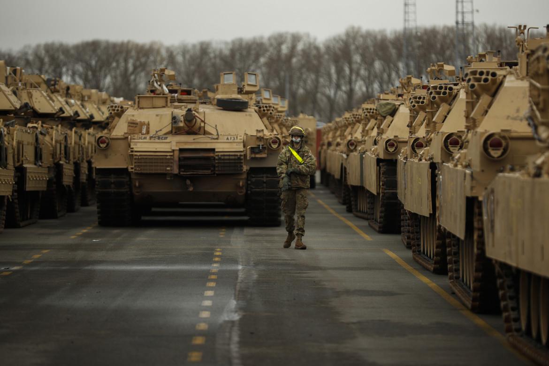 Un soldato americano tra i carri armati della divisione texana Armored Brigade Combat Team, nel porto belga di Antwerp