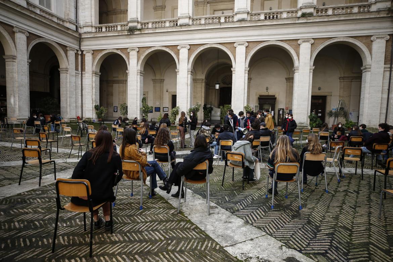 Protesta degli studenti del liceo Visconti di Roma contro la Dad