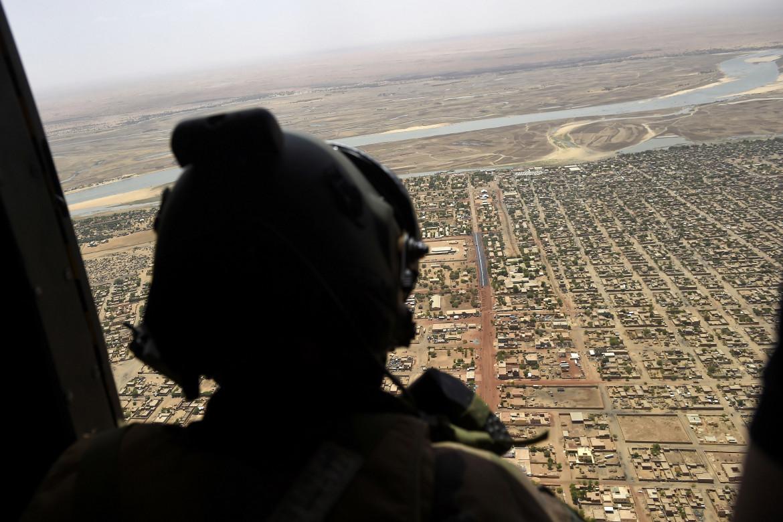 Un elicottero della forza militare francese Barkhane in volo sulla città di Gao, nel nord del Mali