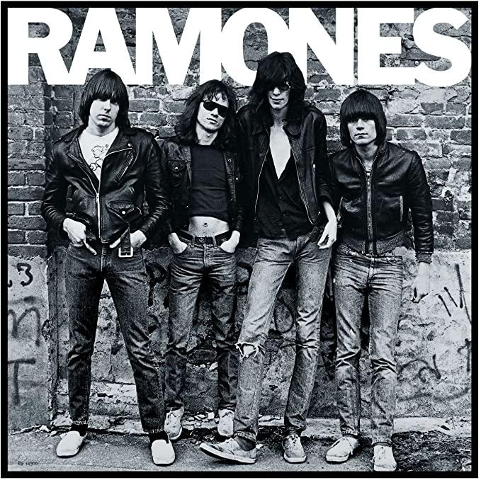 Con i Ramones si formalizza l'estetica del jeans strappato