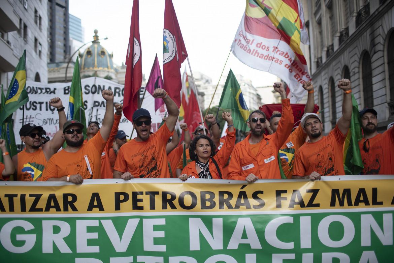 Rio de Janeiro, febbraio 2020, lavoratori del settore petrolifero in sciopero contro i piani di privatizzazione di Petrobras