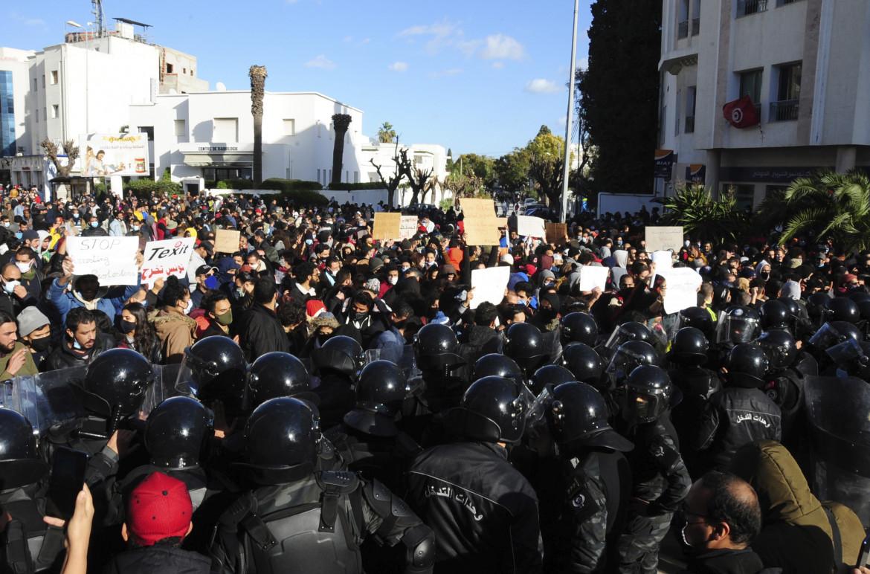 Manifestanti e polizia di fronte al parlamento di Tunisi