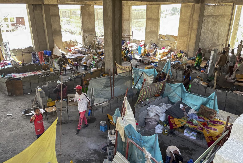 Profughi tigrini in un'edificio diroccato di Shire, Tigray