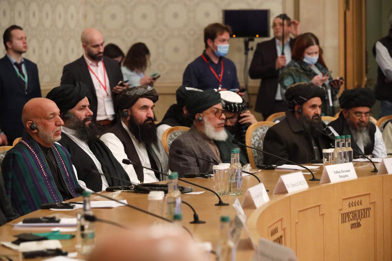 L'ex presidente Karzai (a sinistra) al tavolo di Mosca. Il mullah Abdul Ghani Baradar, numero 2 dei Talebani, è il secondo da destra