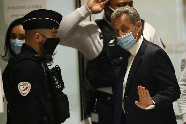 L'arrivo in aula dell'ex presidente francese Nicolas Sarkozy