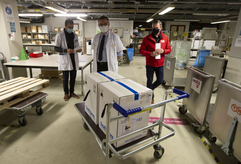 Arrivo del vaccino Pfizer in un ospedale di Leuven, in Belgio; in basso  Ursula von der Leyen
