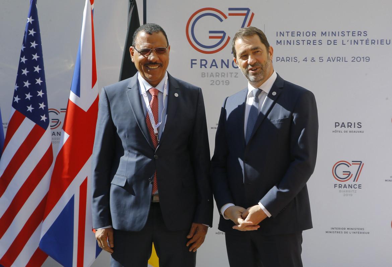Mohamed Bazoum, all'epoca (aprile 2019) ministro dell'Interno, con il suo omologo francese Christophe Castaner a Parigi, a margine del vertice G7