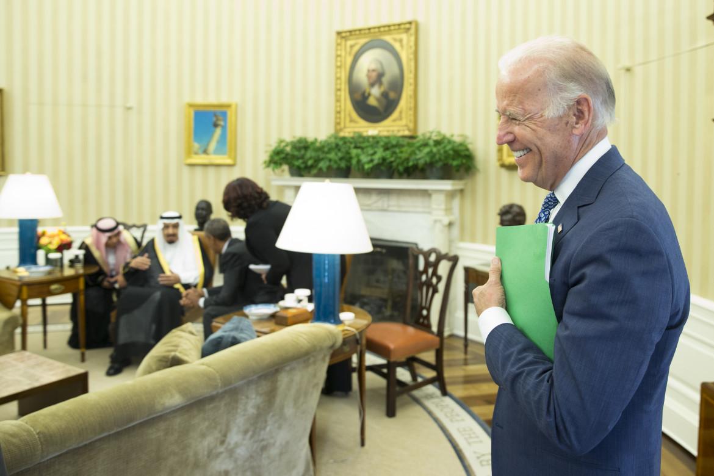 2015, l'allora vice presidente Biden se la ride mentre Obama intrattiene re Salman nello Studio ovale