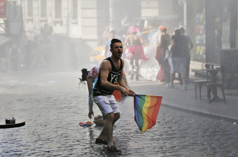 Una bandiera arcobaleno durante la protesta degli studenti di Bogazici