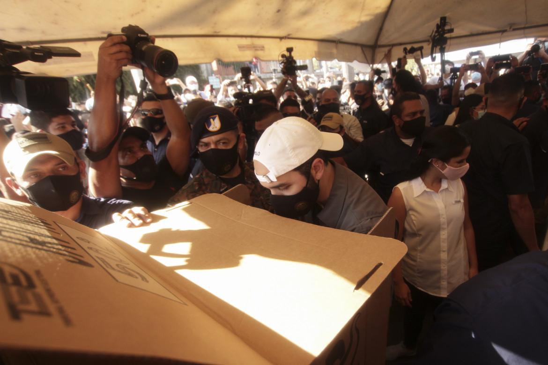 Nayib Bukele nel seggio elettorale