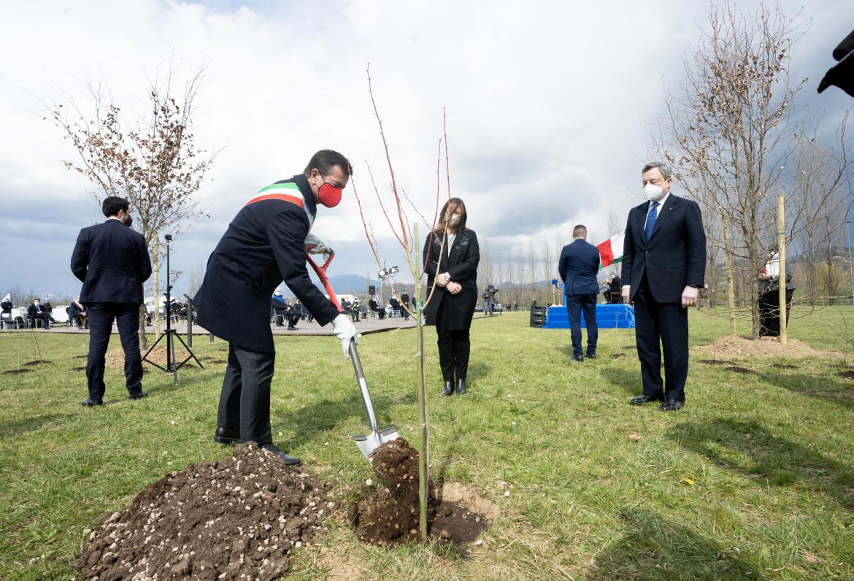 Il sindaco di Bergamo Giorgio Gori inaugura il Bosco della Memoria con accanto Mario Draghi, in basso Consuelo Locati