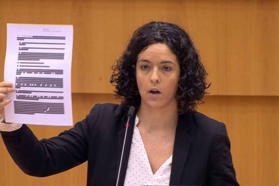 Manon Aubry durante il suo intervento al parlamento europeo