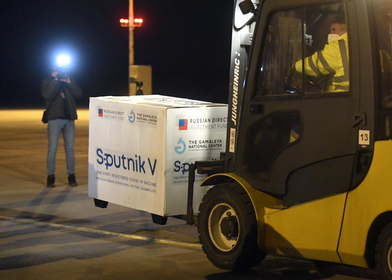 Consegna dello Sputnik in Slovacchia, tra i primi paesi ad autorizzare il vaccino russo; in basso il siero Johnson&Johnson