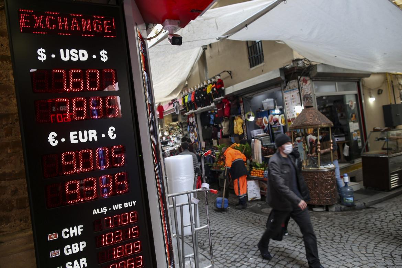 22 marzo 2021, i tassi di cambio esposti su una strada di Istanbul