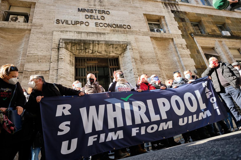 Una protesta dei lavoratori Whirlpool sotto il Mise