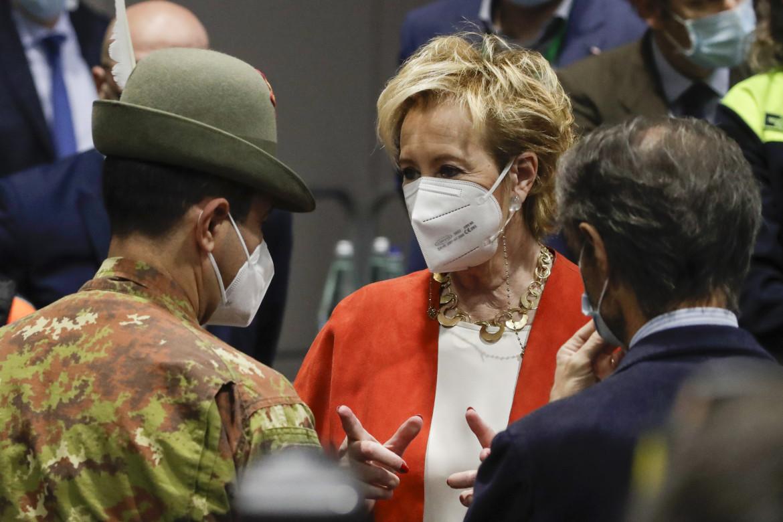 Il generale Figliuolo, Letizia Moratti e di spalle Attilio Fontana