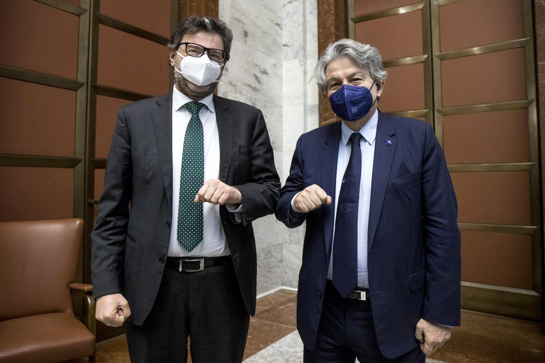 Il ministro dello Sviluppo economico Giancarlo Giorgetti e il commissario europeo Thierry Breton
