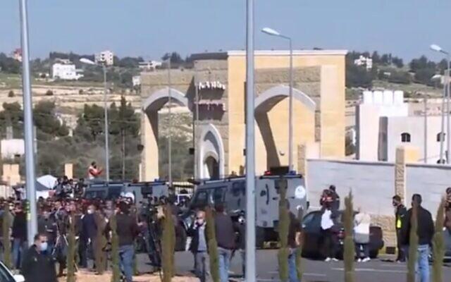 L'ospedale di Salt circondato dalle forze di polizia dopo l'annuncio dei sei morti
