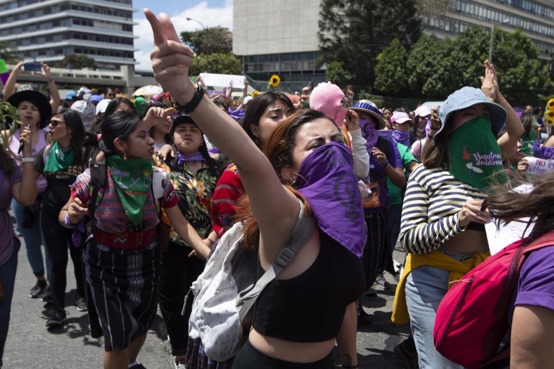 Città del Guatemala, donne in marcia contro la violenza, in basso Lolita Chavez