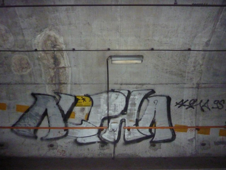 La crew Alpha DCN in azione nei tunnel della metropolitana milanese, una foto di Corrado Piazza, tratta da «Buio dentro» (Shake Edizioni)