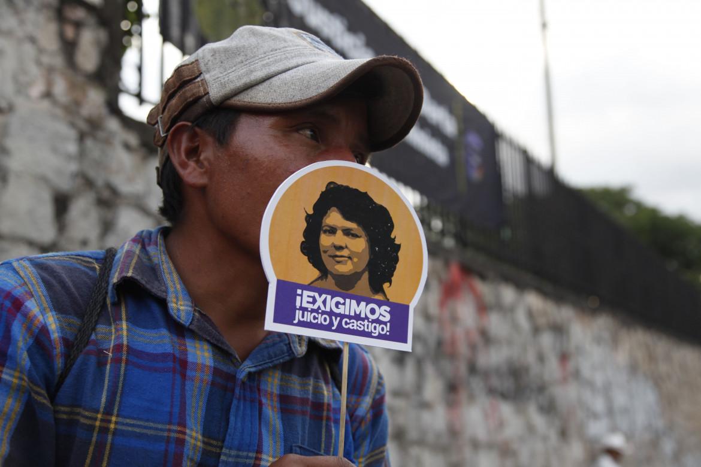 La richiesta di giustizia per l'ambientalista Berta Cáceres, assassinata nella notte tra il 2 e il 3 marzo 2016, fuori dal tribunale di Tegucigalpa in cui si è celebrato il processo agli esecutori materiali