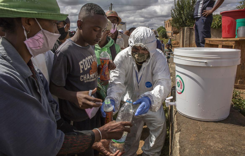 Antananarivo, aprile 2020. Distribuzione di una bevanda a base di erbe autorizzata dal governo per la prevenzione