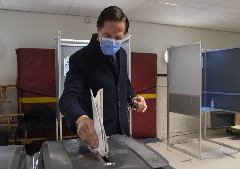 Mark Rutte vota all'Aia