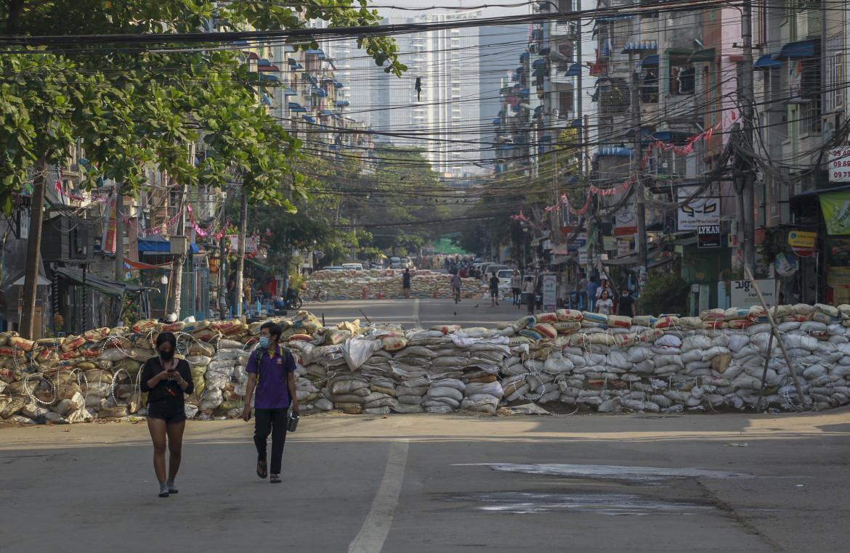 Yangon, Myanmar, 18 narzo 2021. Una barricata improvvisata (con una certa meticolosità) dai manifestanti in una strada della città