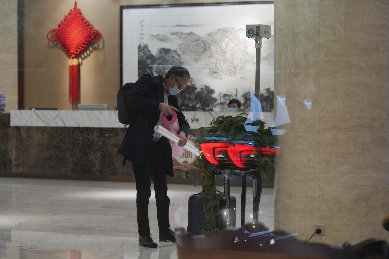Peter Ben Embarek del team dell'Oms lascia la Cina dopo l'ispezione a Wuhan