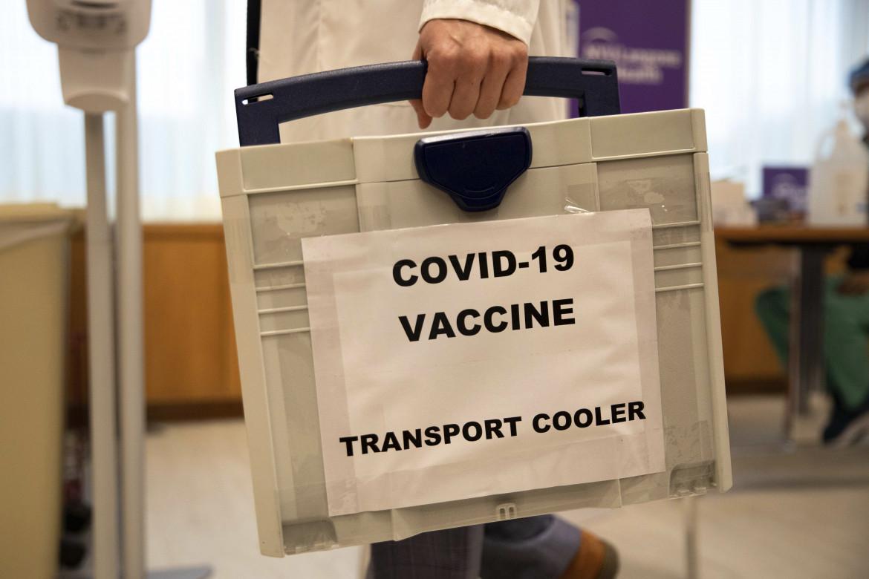 Scatola refrigerata contenente vaccino in arrivo al NYU-Langone Hospital