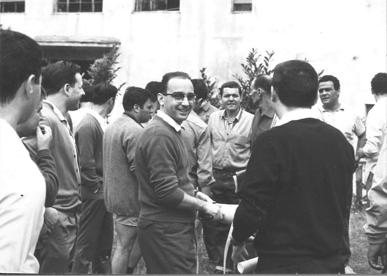 Pippo Morelli, in primo piano durante un'iniziativa sindacale davanti a una fabbrica