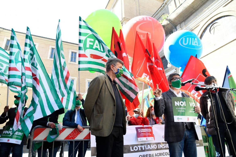 Il presidio di Fai Cisl, Flai Cgil e Uila ieri sotto Montecitorio a Roma