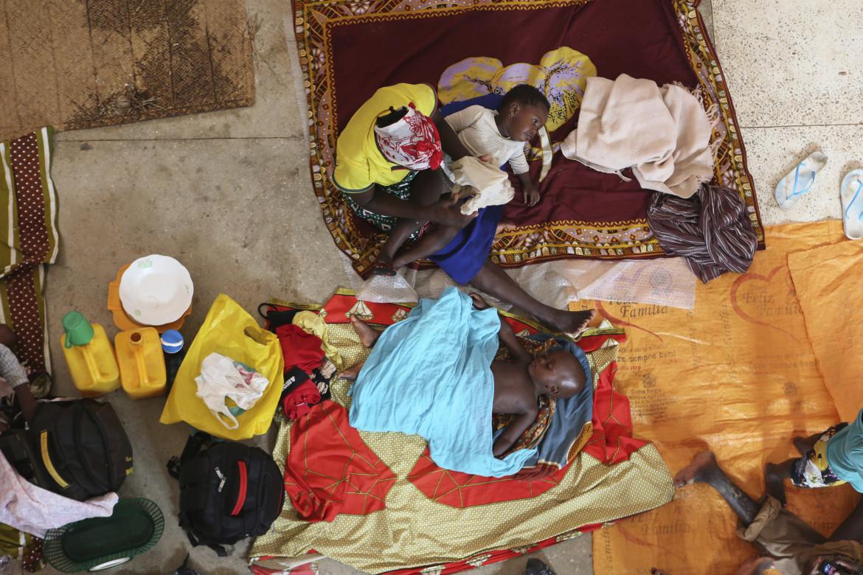Una famiglia di profughi rifugiata in una chiesa di Pemba, nel nord del Mozambico