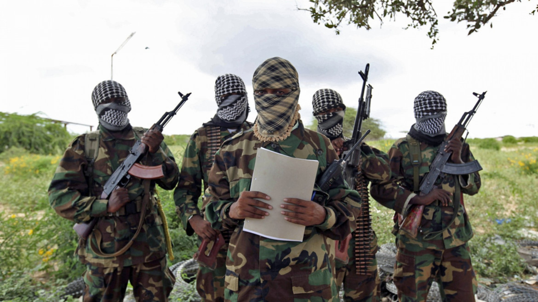 Miliziani di Ansar al-sunna al-Shabaab mentre rivendicano una delle tante azioni condotte nella regione di Cabo Delgado