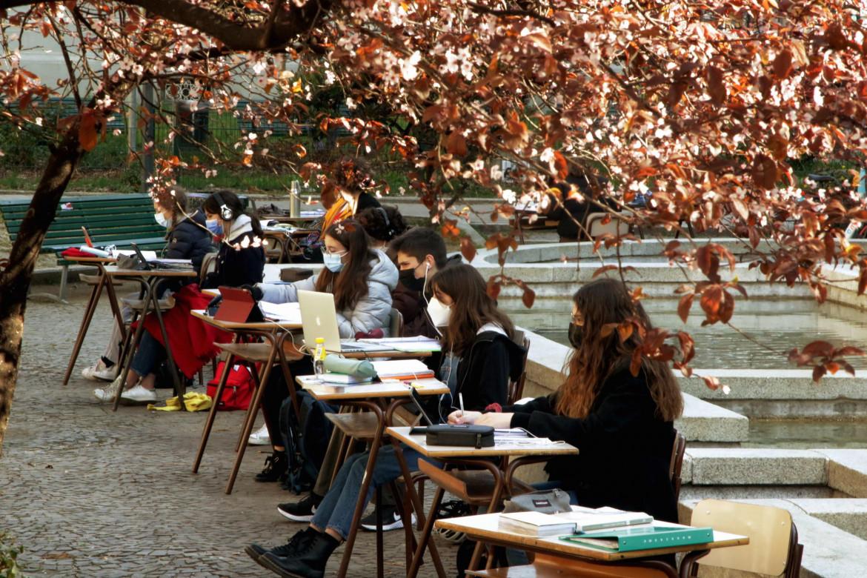 La protesta degli studenti per il rientro a scuola