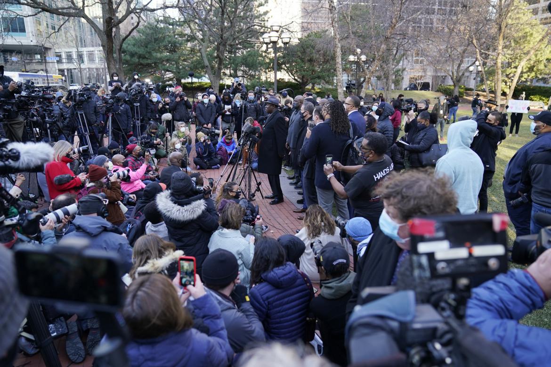 L'avvocato della famiglia Floyd, Ben Crump, circondato dai familiari e dai giornalisti fuori dal tribunale di Minneapolis