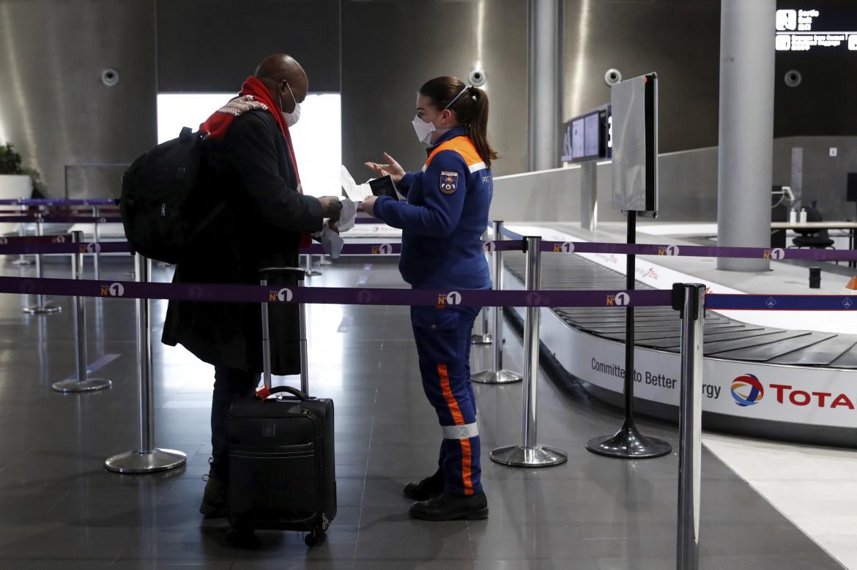 Controlli all'aeroporto di Parigi Charles de Gaulle
